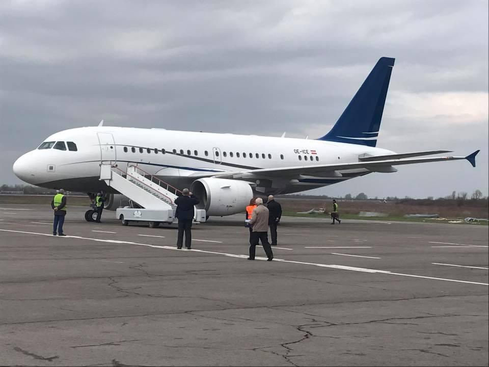 """Стало відомо, що це за авіалайнер, який приземлився в закритому для регулярних рейсів аеропорту """"Ужгород"""""""