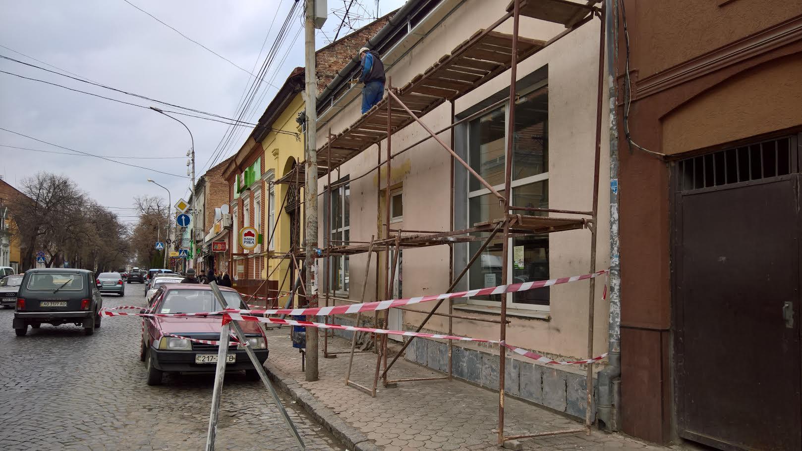 Буде оштрафовано мукачівця, який перекрив на вулиці Духновича тротуар