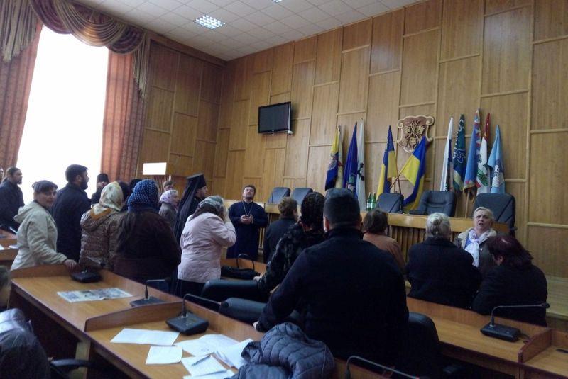 Міжконфесійна сутичка в Ужгороді через землю: як бились та молились церковники