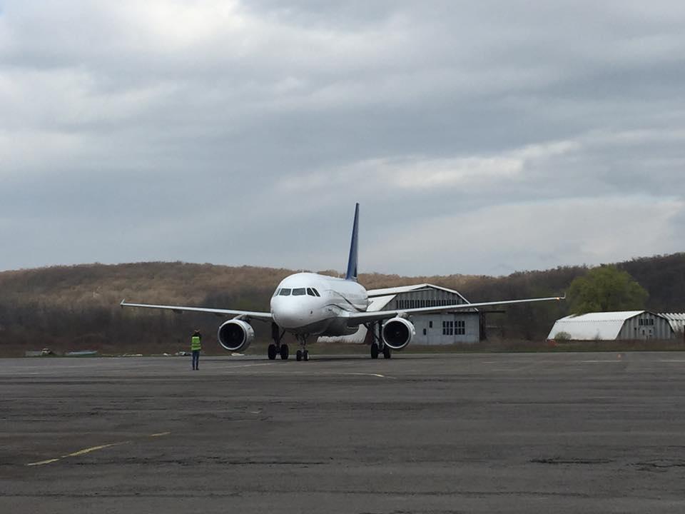"""Про літак, який вчора приземлився в Ужгороді, та як він це робив """"всліпу"""""""