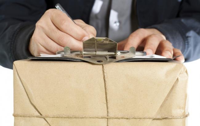 Доставка по-закарпатськи: кур'єр украв із посилки понад три тисячі доларів
