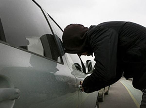 Автомобіль ужгородця пограбували серед білого дня