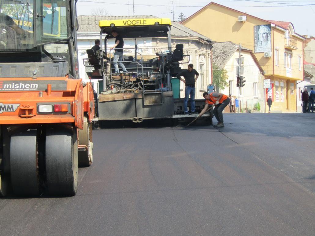 Вулицю Підгірну в Ужгороді асфальтують