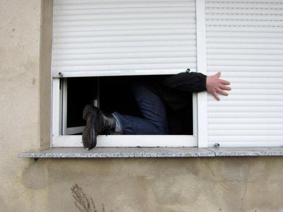 Злодій заліз через вікно у квартиру і вкрав ювелірні вироби