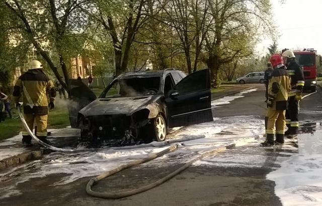 """Ужгородська поліція прокоментувала підпал іномарки """"Mercedes"""", яка, ймовірно, належить полковнику поліції"""