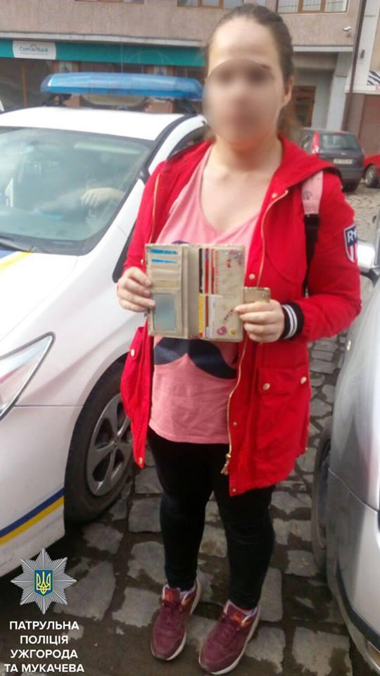 Ужгородські патрульні повернули студентці втрачений гаманець з грішми та документами