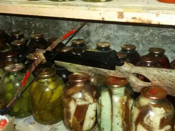 Закарпатець заховав зброю у підвалі між салом