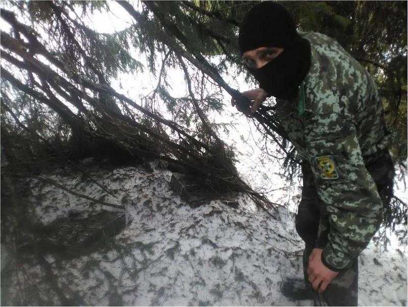 Прикордонники знайшли біля кордону понад 900 пачок сигарет
