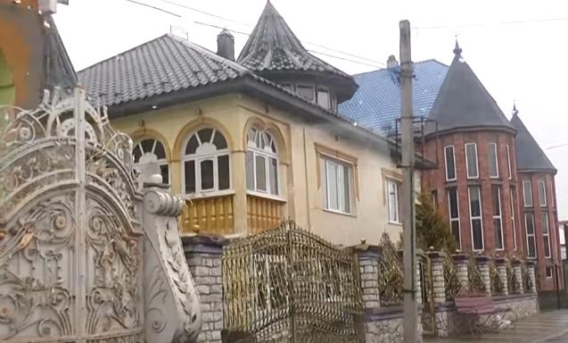 Розкішне життя ромів на Закарпатті: будинки-палаци, які вражають величиною та багатством