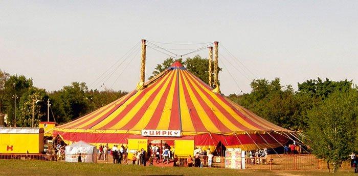 В Ужгороді шахрай розрахувався за квиток у цирк сувенірними купюрами