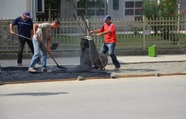 Жителі села Велика Добронь, що на Ужгородщині, продовжують самотужки ремонтувати дорогу