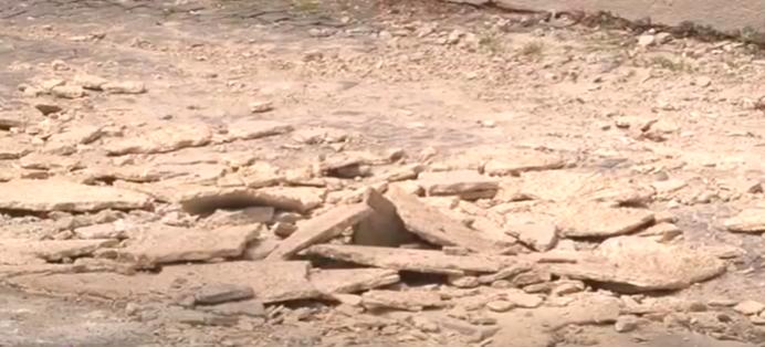 Небезпечна будівля: в Ужгороді на перехожих падають шматки фасаду