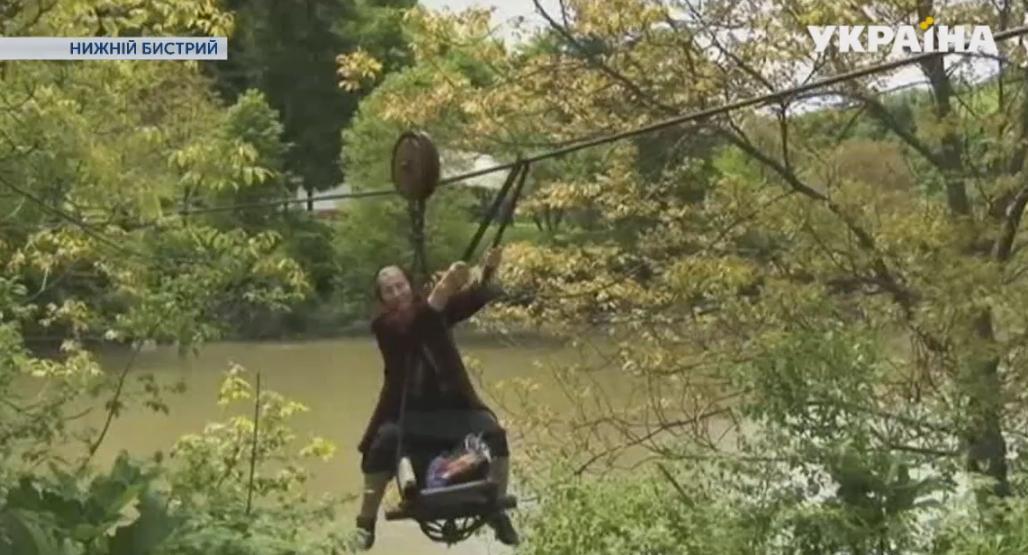 Пенсіонерка наЗакарпатті щодня переправляється через річку поканатній дорозі (ВІДЕО)