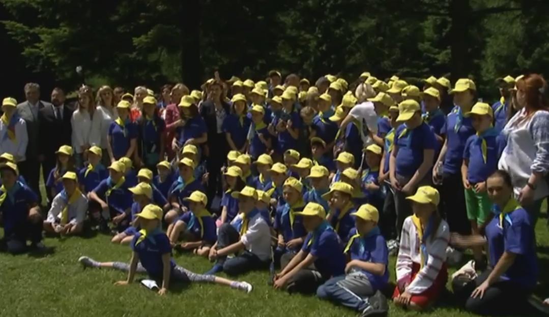 Порошенко та Кіска провели дітей АТОшників на відпочинок до Угорщини