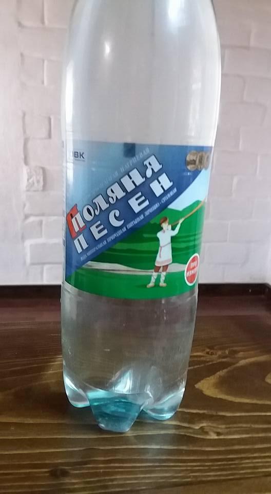 """Плагіат по-російськи: соцмережі """"кепкують"""" з """"позиченої"""" етикетки відомого закарпатського бренду мінеральної води"""