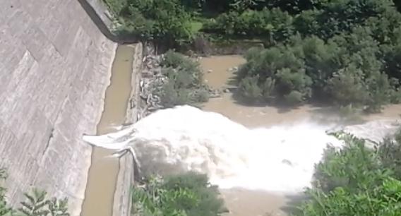 У мережі показали відео, як скидають воду із Вільшанського водосховища