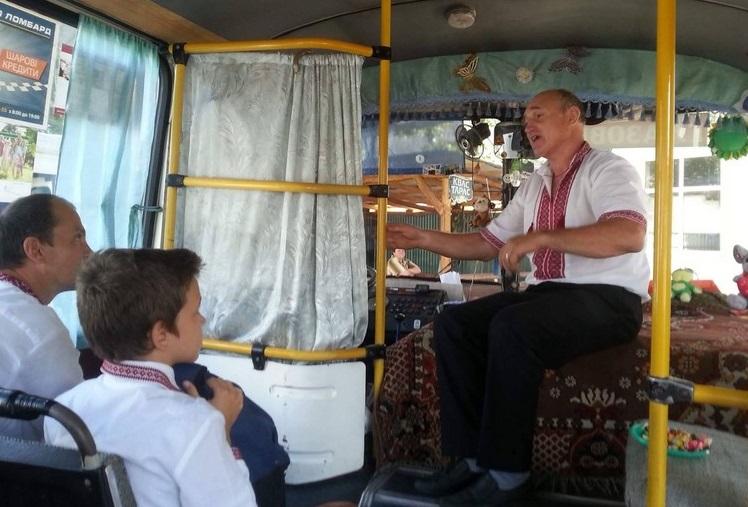 Водій автобуса у вишиванці читав пасажирам гуморески та пригощав цукерками