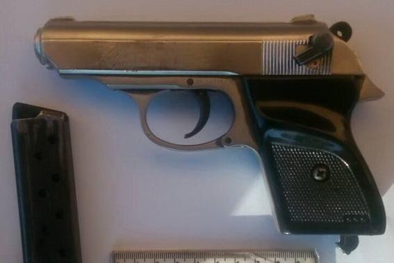 На Виноградівщині у 20-річного молодика поліцейські виявили газовий пістолет