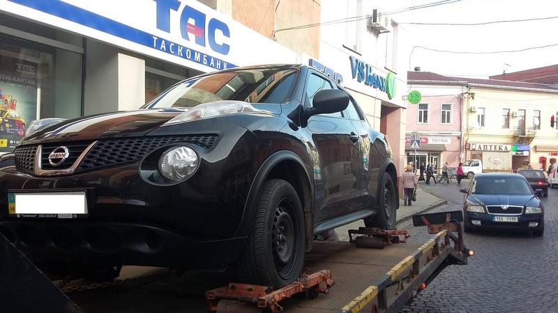 У Мукачеві продовжують евакуйовувати неправильно припарковані автівки
