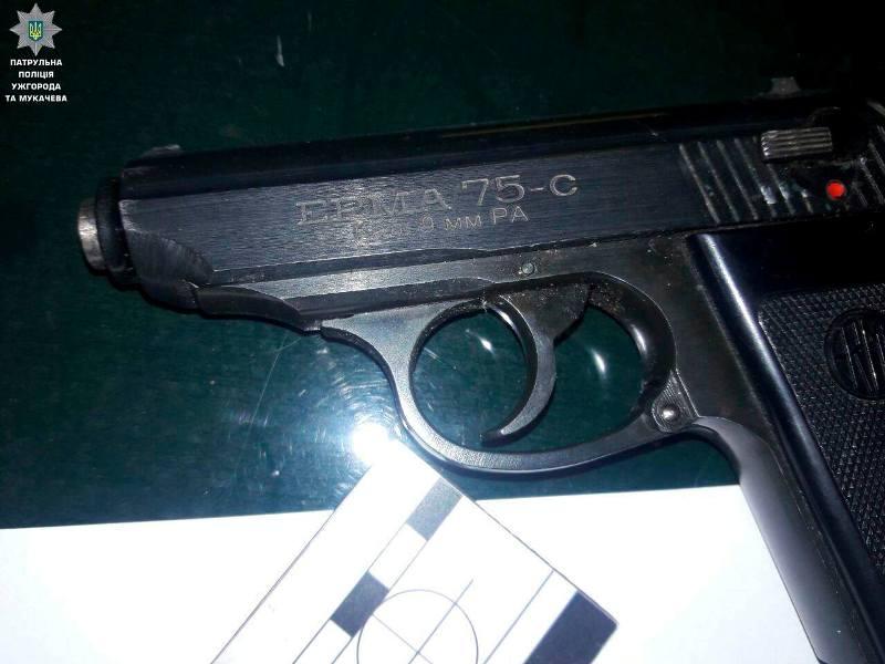 Злочинне Закарпаття: поліцейські затримали юнаків із пістолетом та наркотиками