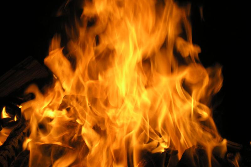 Шкільний скандал на Закарпатті: директорка зірвала в школі штори та спалила їх на очах в учнів
