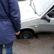 У центрі Мукачева автівка в'їхала у каналізаційну яму