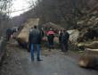 Надзвичайна подія на Тячівщині: на дорогу обвалилось велетенське каміння