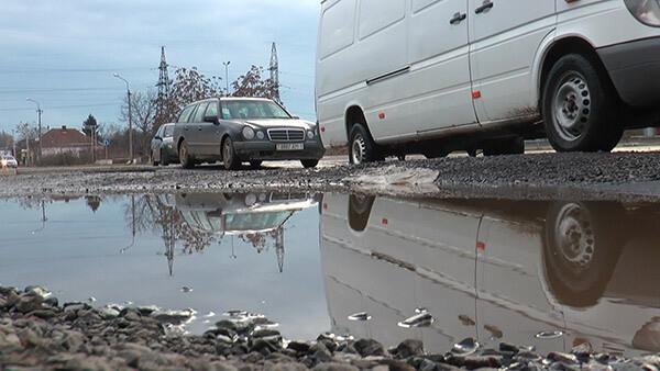 У Мукачеві ями на дорогах сягають майже півметра