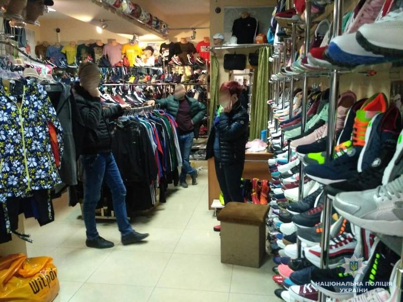 Двоє юнаків украли в магазині взуття