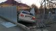 У мікрорайоні Росвигово в Мукачеві автівка протаранила паркан і в'їхала в приватний двір