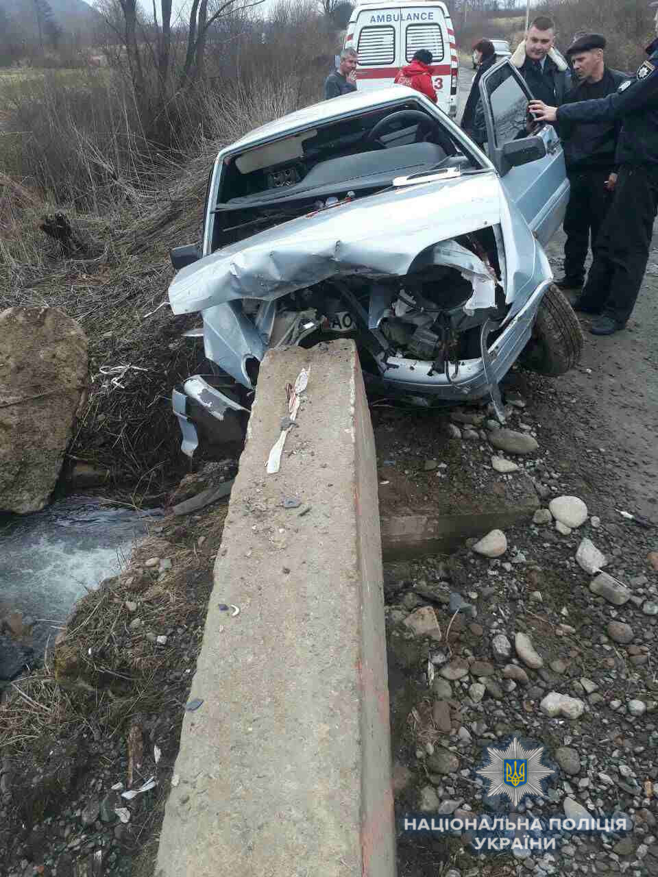 На Перечинщині автомобіль врізався в бетонну опору