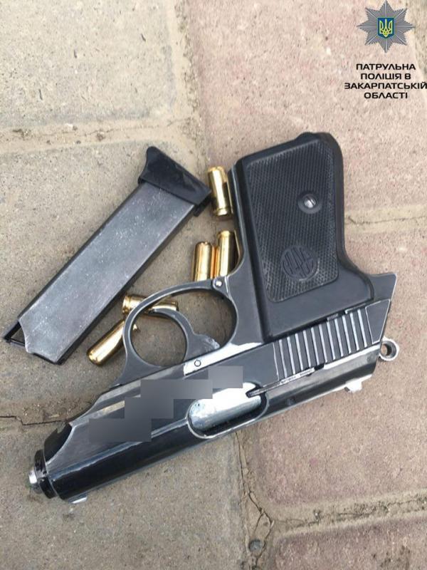 Мукачівець возив з собою в автівці заряджений пістолет