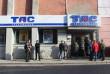 У центрі Мукачева люди вийшли на пікет: принесли шини і вимагають повернути вкрадені гроші