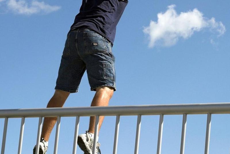 У Мукачеві з мосту стрибнув чоловік