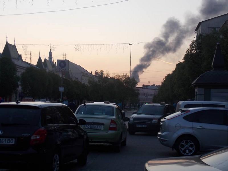 Масштабна пожежа у Мукачеві: клуби чорного диму було видно майже в усіх частинах міста, – соцмережі