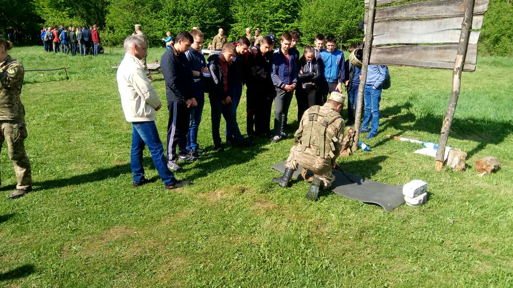 Закарпатських школярів навчали стрільбі з автоматів