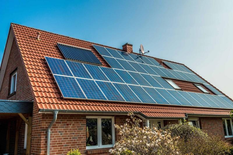 """""""Бум"""" сонячної енергетики: все більше закарпатців встановлюють приватні сонячні міні-станції"""