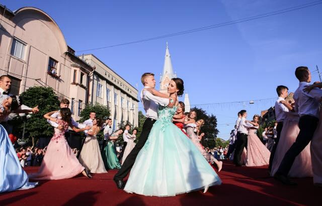 Стало відомо, коли в Мукачеві відбудеться парад випускників