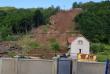 У Кольчині на Мукачівщині трапилась надзвичайна подія: зсув зніс два будинки та засипав автомобіль