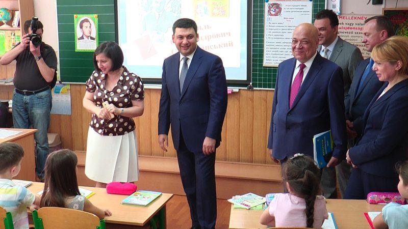 """Гройсман в Ужгороді: """"Зарплата вчителів не відповідає ринковому рівню і має бути збільшена"""""""