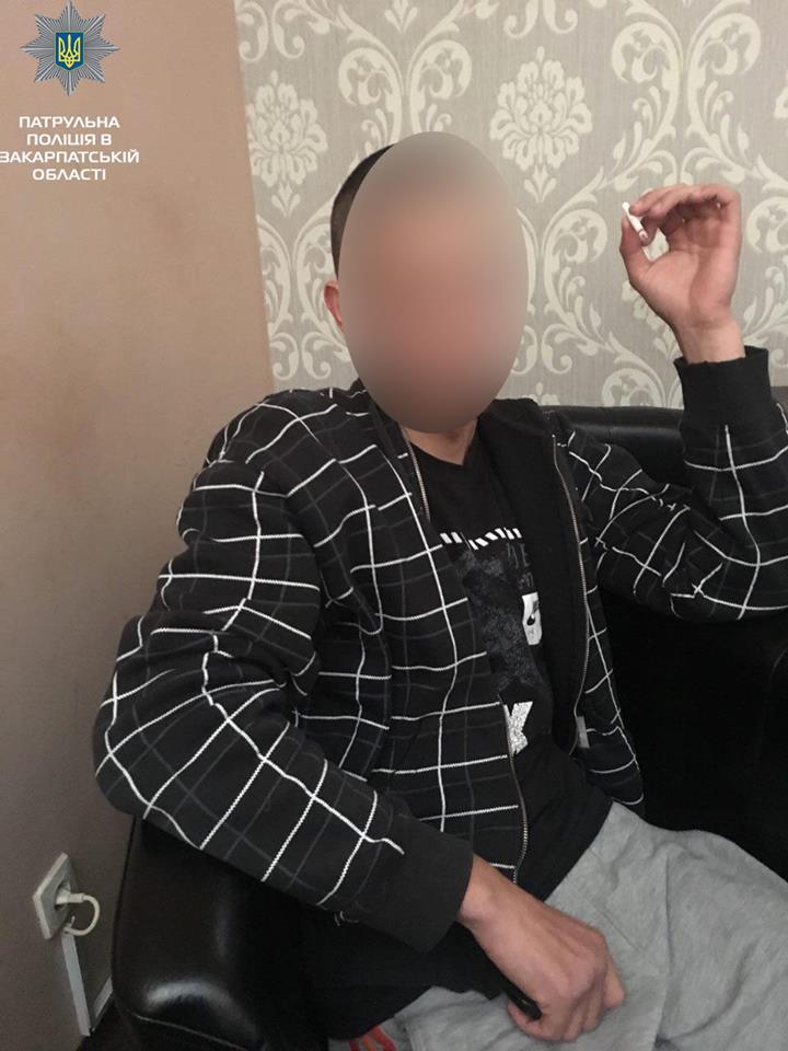 Троє невідомих розповсюджували наркотики посеред білого дня поблизу центра Мукачева