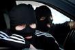 Троє чоловіків у масках увірвалися у будинок, вкрали гроші і погрожували господарю