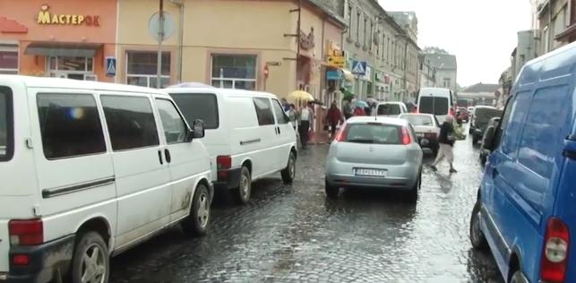 Водії нарікають на проблему із паркуванням автомобілів у Мукачеві
