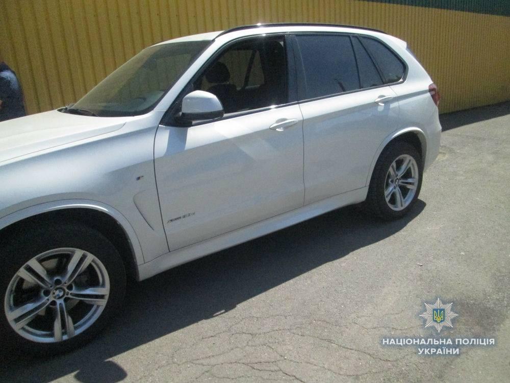 """Викрадену іномарку """"BMW X5"""" виявили в Ужгороді на стоянці біля торгового центру"""