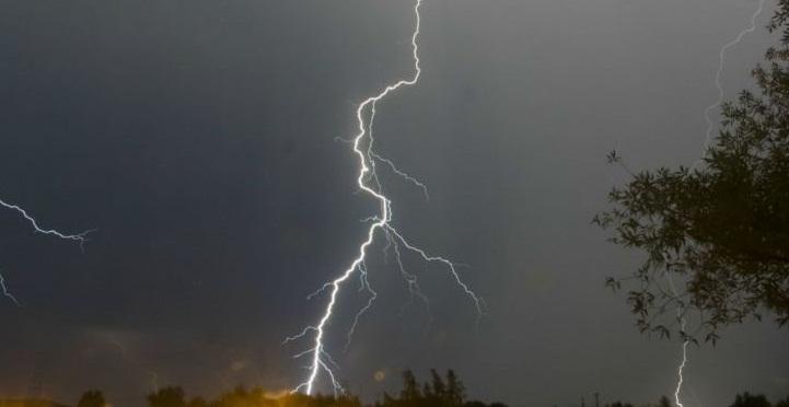 Грози, зливи та град: синоптики попереджають про негоду