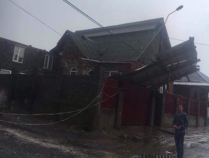 Потужний вітер під час грози зірвав дах будинку