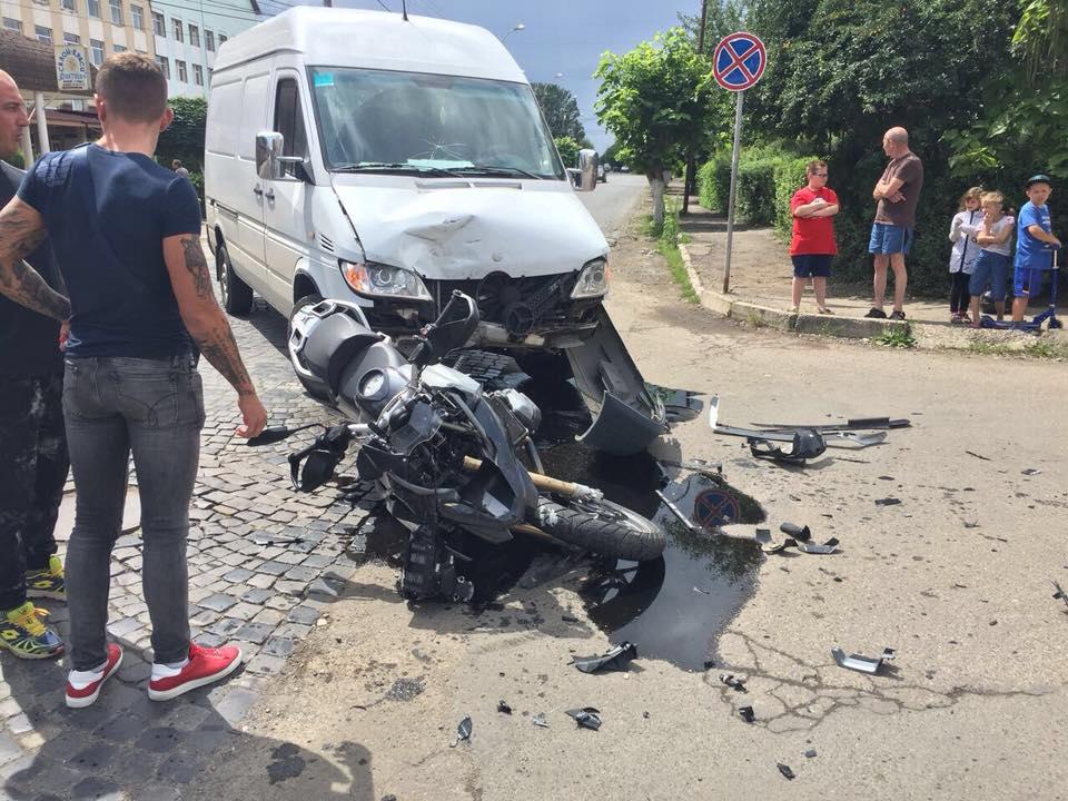 У Виноградові сталась ДТП: зіткнулись мотоцикл та мікроавтобус