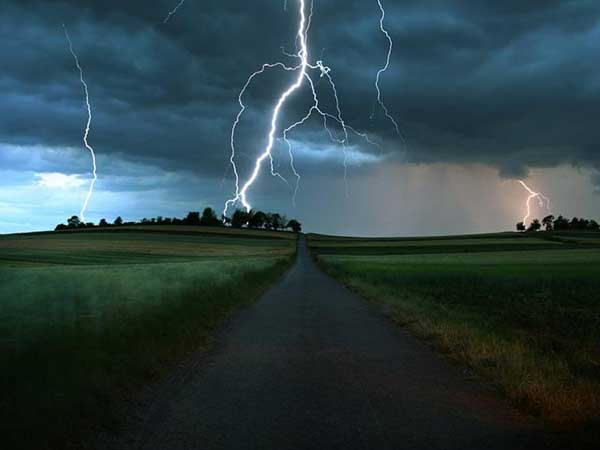 Зливи, грози та град: краян попереджають про негоду