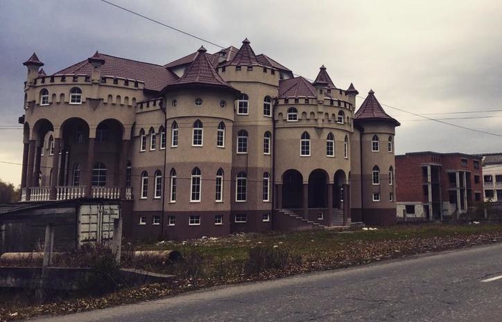 Столичні журналісти розповіли про розкішні палаци закарпатських румунів