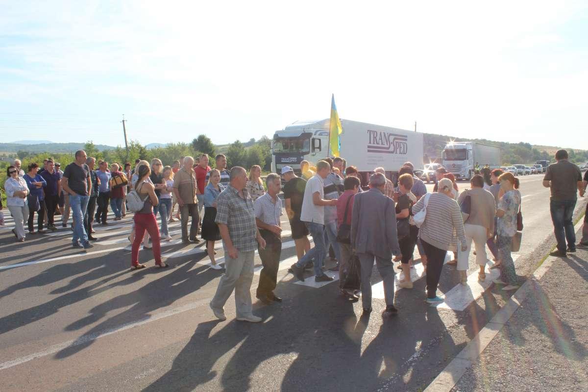 На Закарпатті люди у відчаї перекрили трасу Київ - Чоп